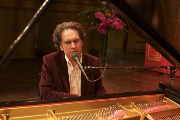 The crowd enjoyed a special performance by Peter Buffett (photo by Carey Linde 2009)